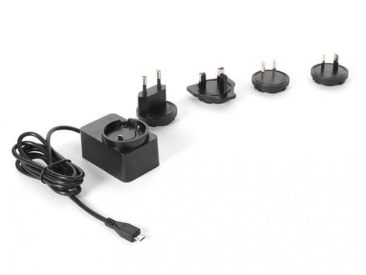 KOMPAKTOWA ŁADOWARKA ZE ZŁĄCZEM MICRO-USB - 5 VDC - 2,5 A z 4 wtyczkami podróżnymi
